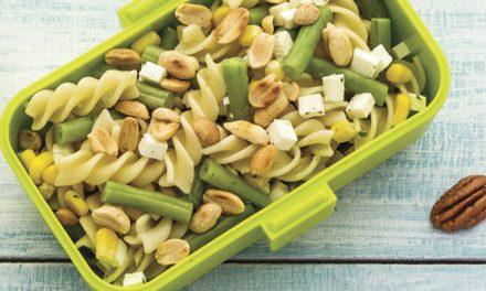 Ensalada de pasta con cacahuates y aderezo de cilantro