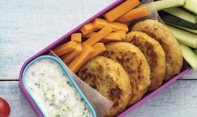 Tortitas de atún con dip de pepino y yogur