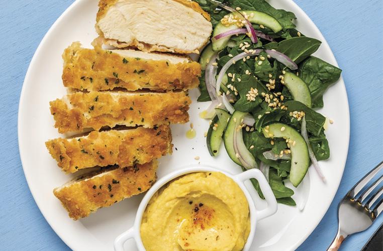 Pollo empanizado acompañado de hummus