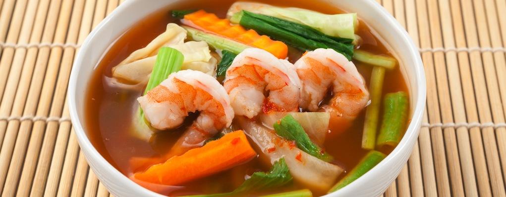 Sopa de verduras con camarón