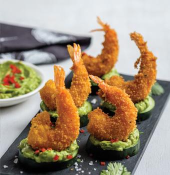 Bocados de camarón y pepino con guacamole