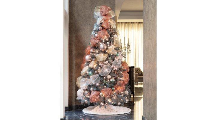PINO SILVER 228 cm, 1199 puntas MEMBER'S CHOICE - 7500525061935 y PIE DE PINO Textil con decoraciones de lentejuela, 121 cm de diámetro MEMBER'S CHOICE - 7500525055293